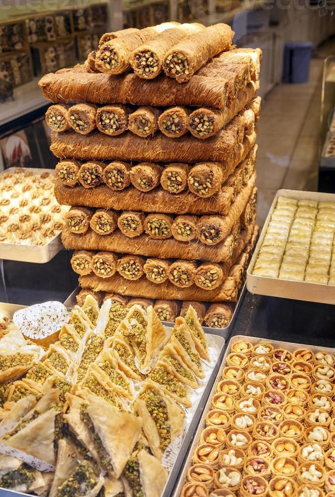 olika typer av östra turkiska godis. foto