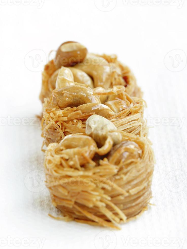 läckra fåglar häckar baklava med cashew, fokus i mitten foto