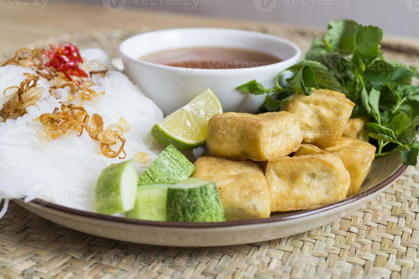 nudlar med tofu stekt och vegansk sås foto