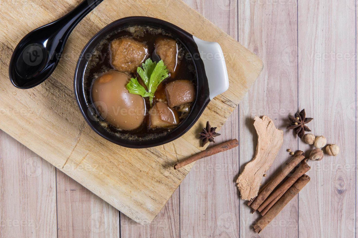 thailändsk mat: ägg kokt med fläsk och tofu foto