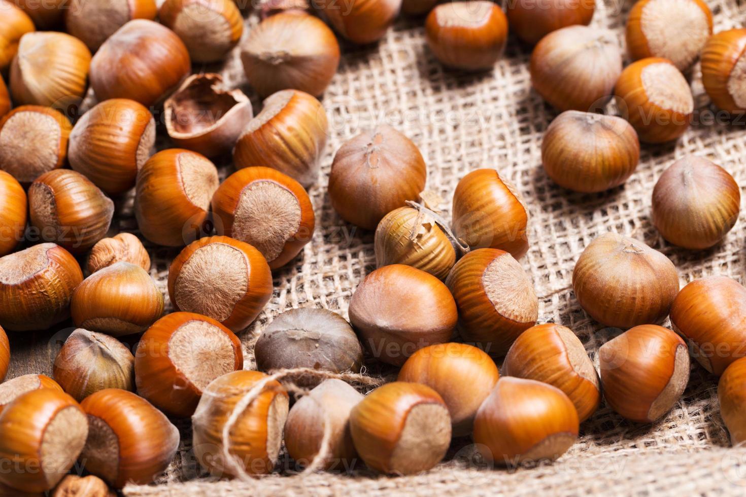 hasselnötter på träbakgrund foto