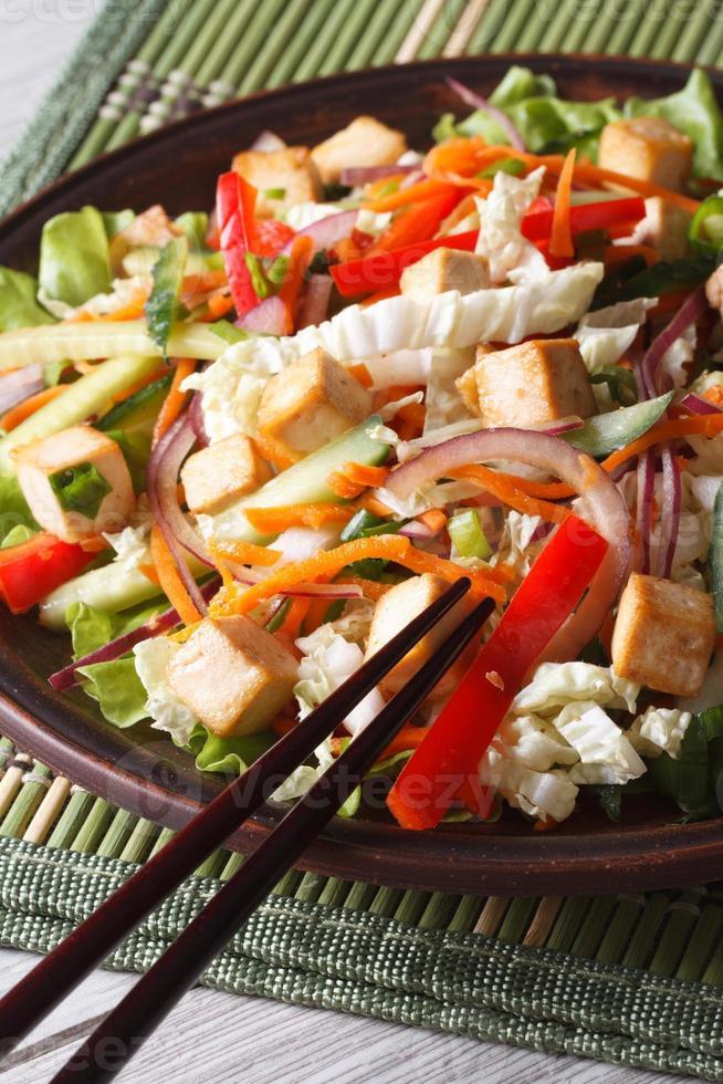 dietsallad med tofu och färska grönsaker vertikalt foto