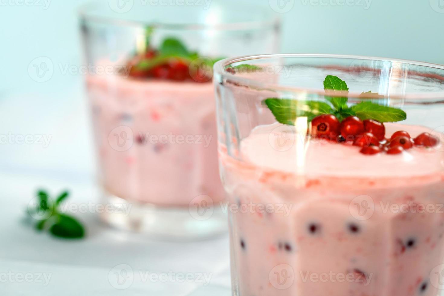 hälsosam smoothie med vinbär och mynta foto