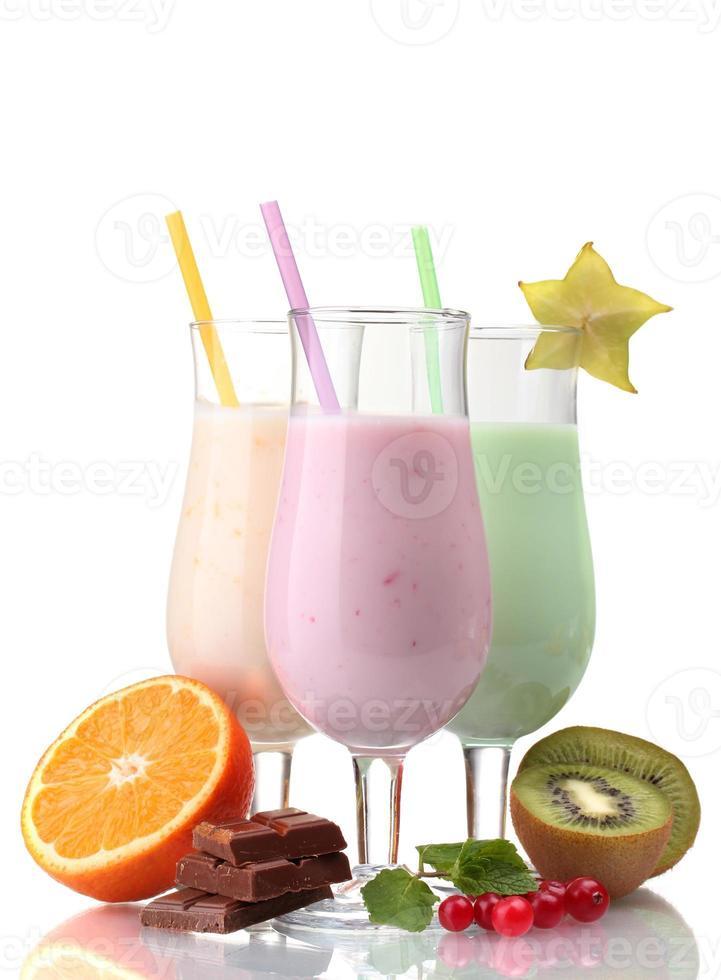 mjölk skakar med frukter isolerad på vitt foto