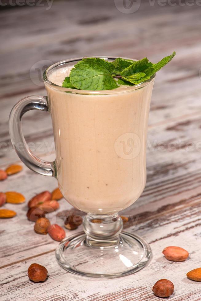 närbild av välsmakande mjölkcocktail dekorerad med en foto
