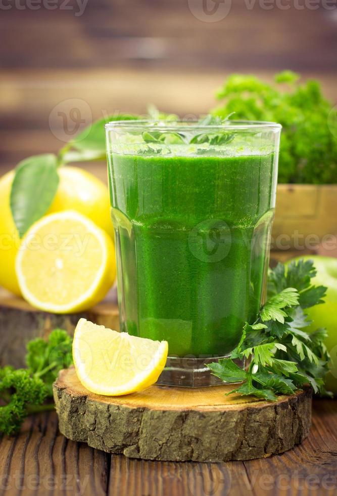 färsk grön smoothie foto