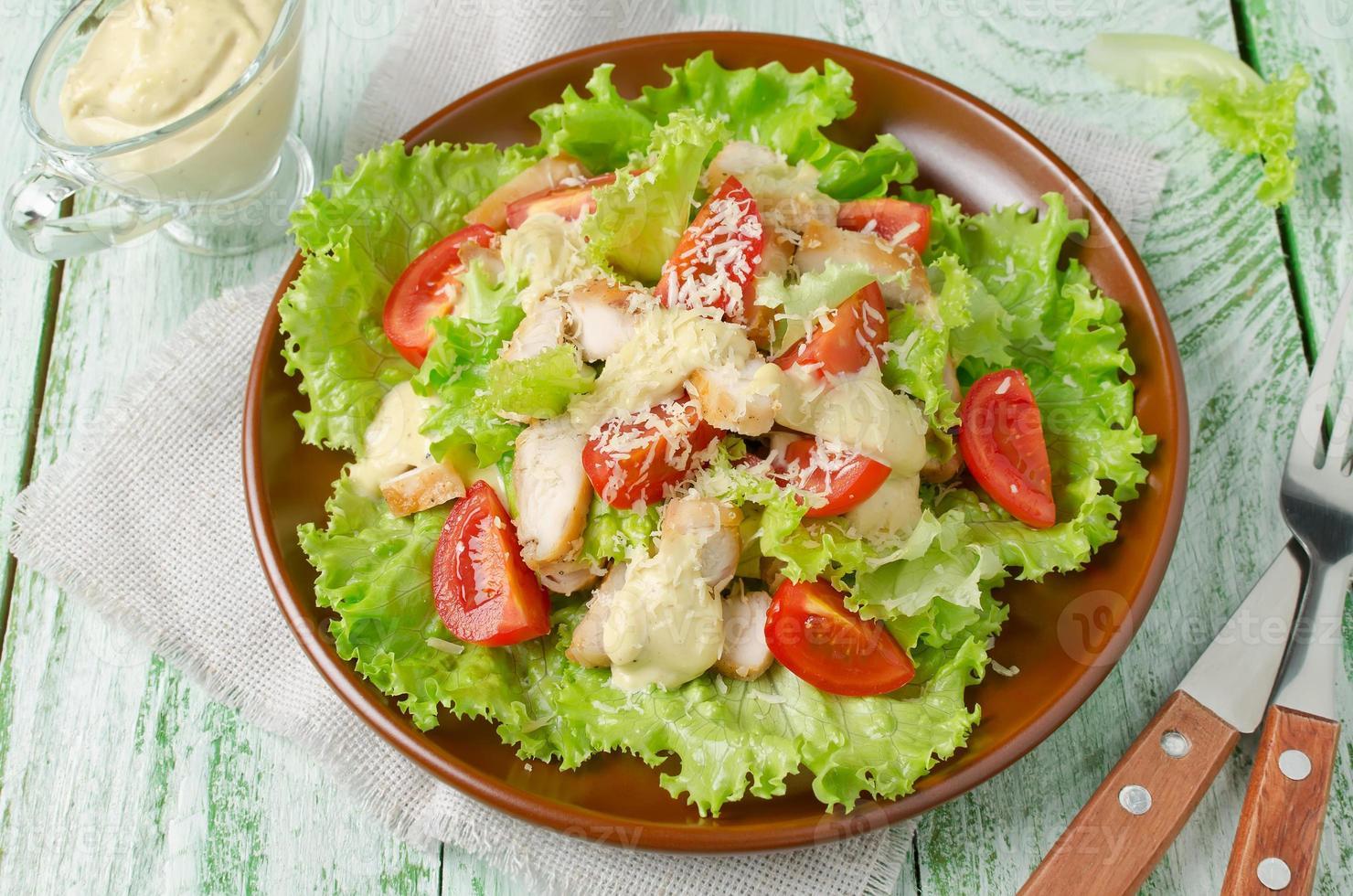 sallad med kyckling och grönsaker foto