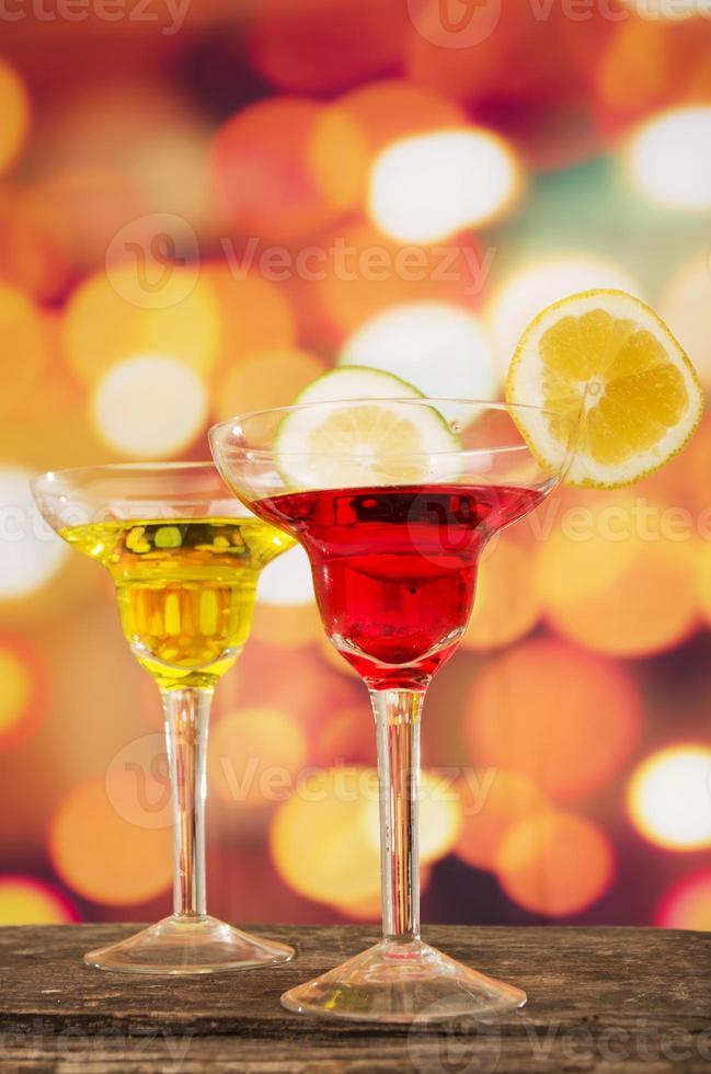 cocktails på ett bord i baren foto