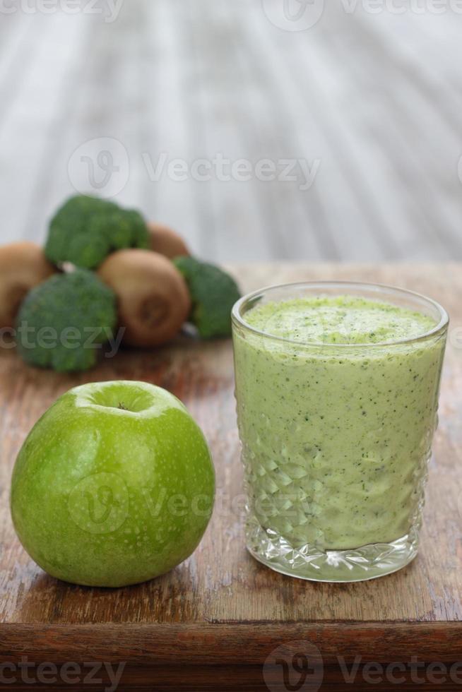 frukt- och grönsakssmoothie. foto