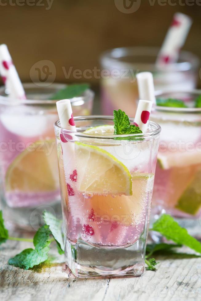 rosa cocktail med lime och mynta foto