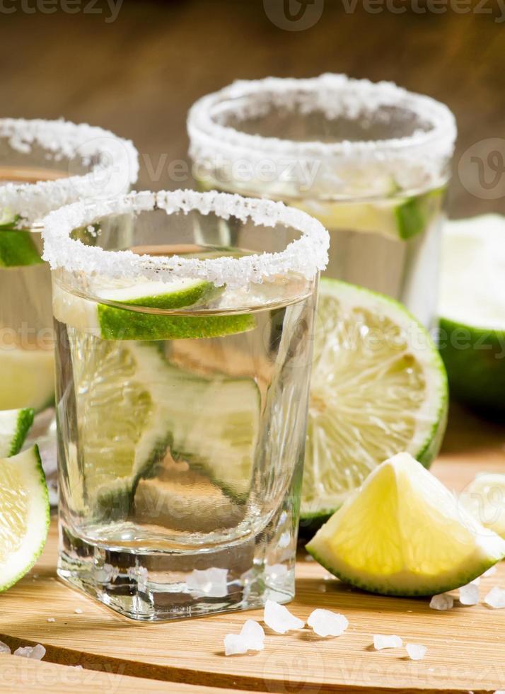 silver mexikansk tequila med lime och salt foto
