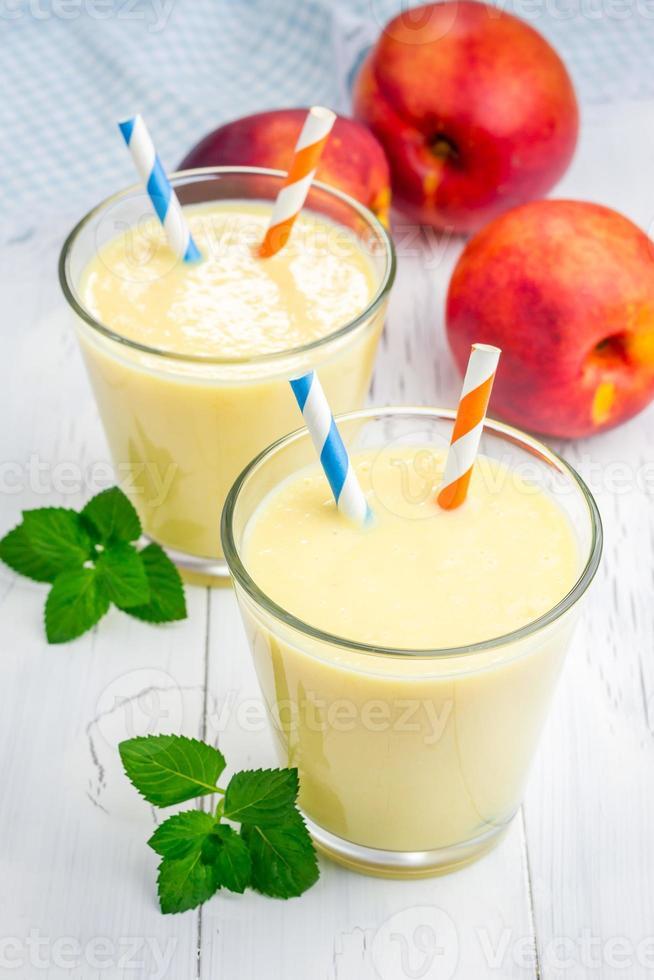hemlagad persika, yoghurt och honungsmoothie foto