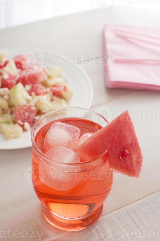vattenmelon drink med isbitar foto