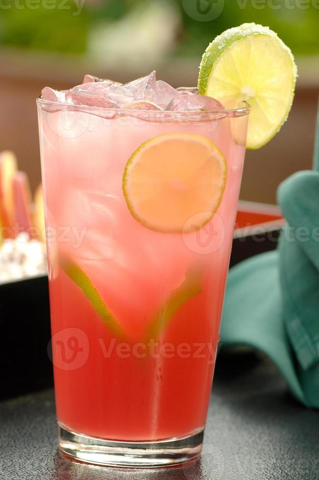 uppfriskande kall rosa cocktail foto