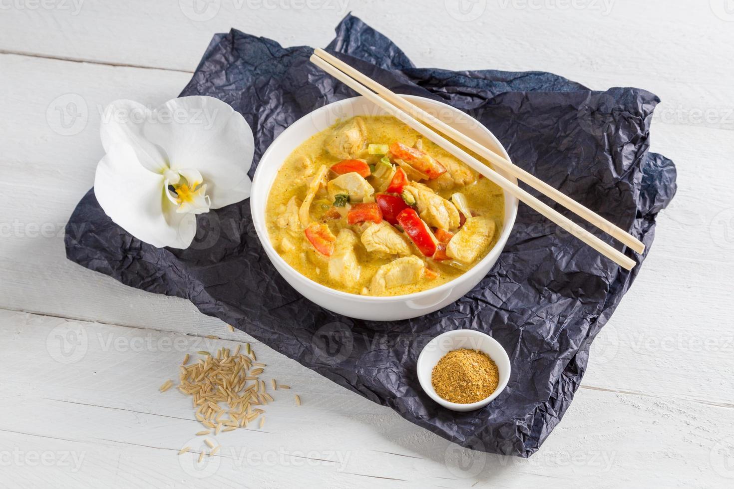 thailändsk curry i en skål på trä foto