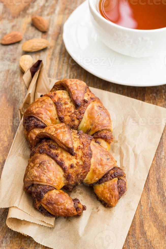 frukost med croissanter och kopp te foto