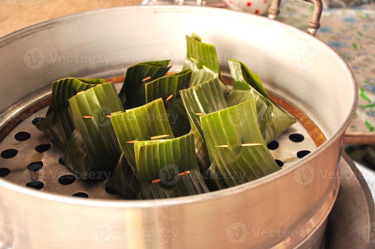 strömmade curry fiskar i bananblad, läcker thailändsk mat foto