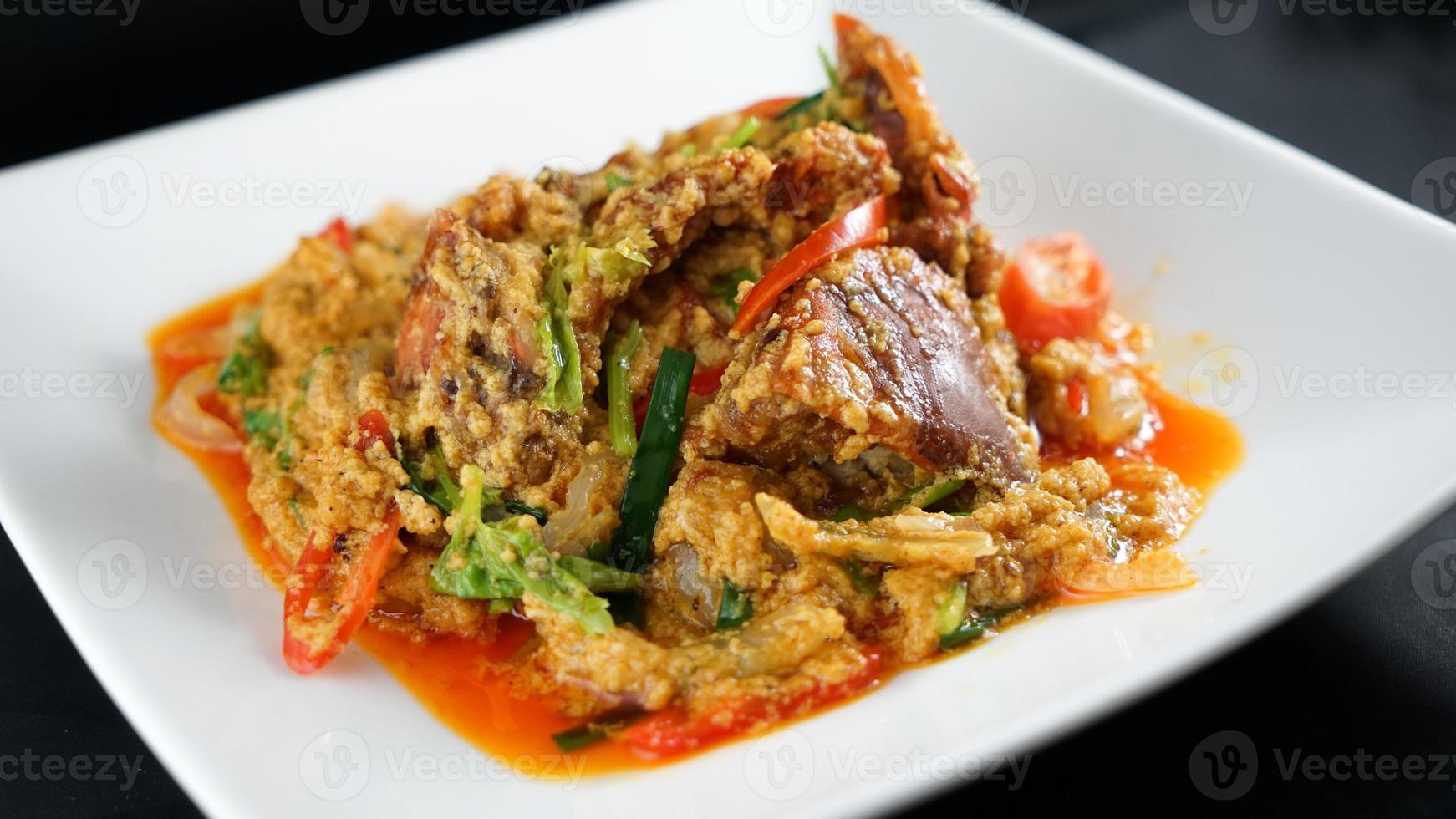 Rör stekt krabba med röd curry foto