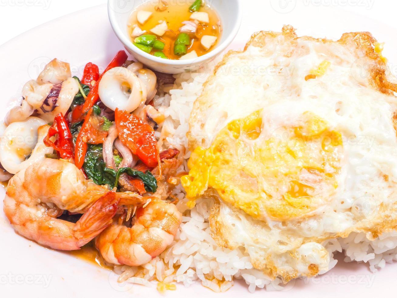 kryddig thailändsk mat, krydda med curry foto