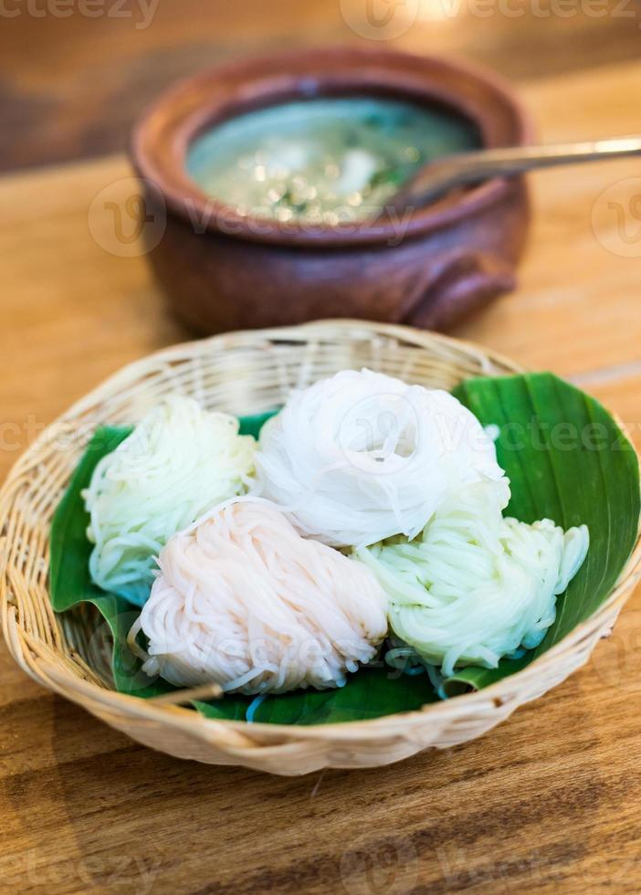 thailändsk mat, risnudlar med curry foto