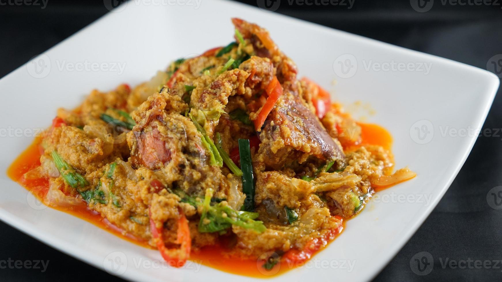 thailändsk mat röd curry krabba foto