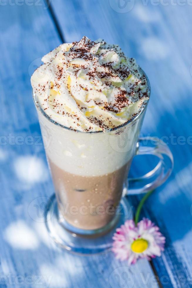 kall latte med vispad grädde foto