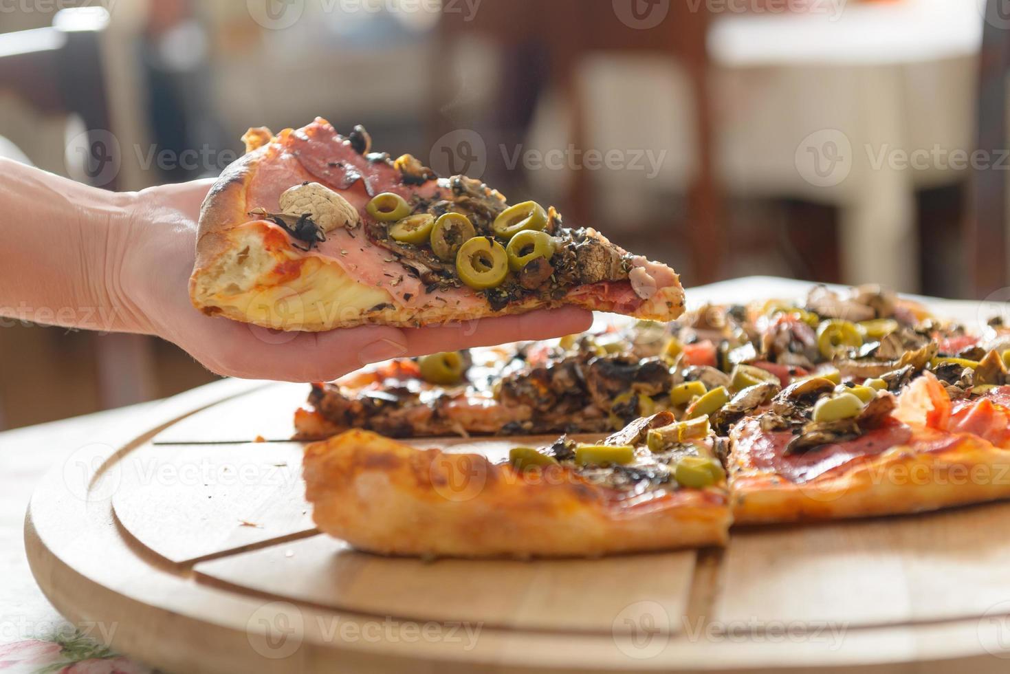 färsk italiensk pizza foto