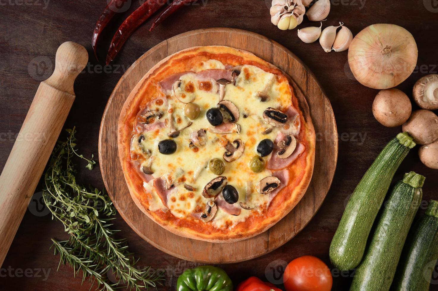 pizza med skinka, svamp och oliver foto
