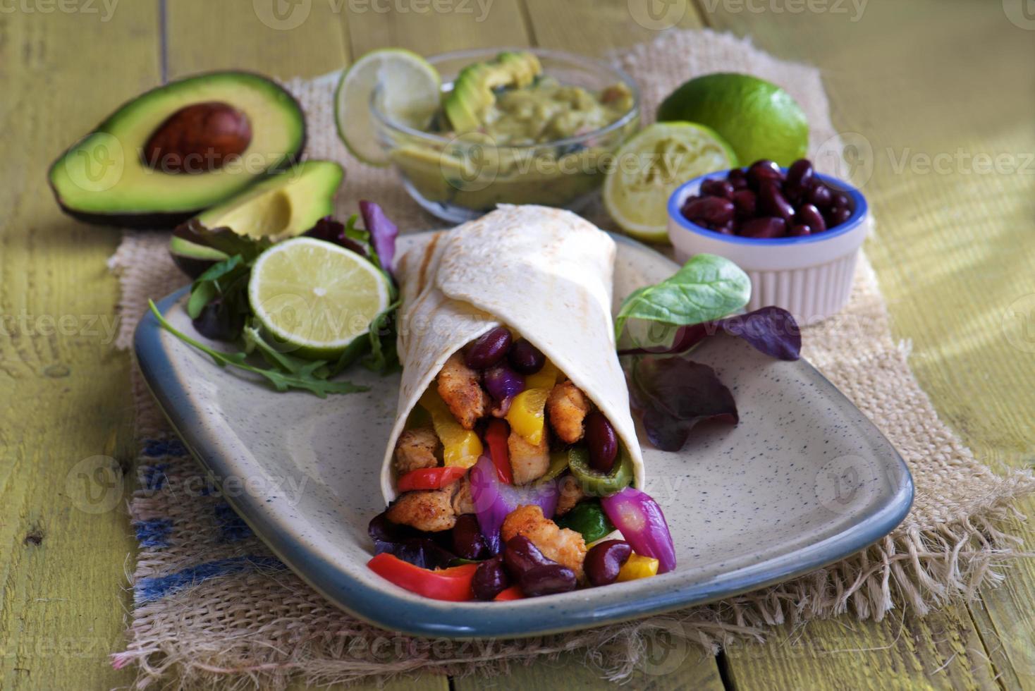 tortillaomslag med guacamole bönor och avokado foto