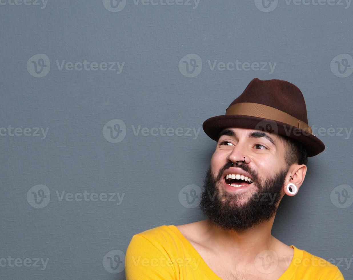 skrattande man med skägg och piercingar foto