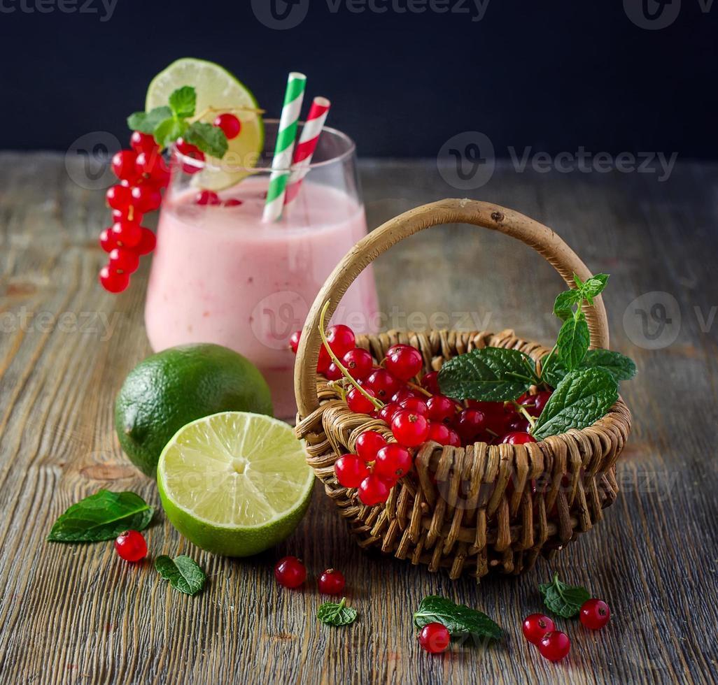 hälsosam smoothiedrink med röda vinbärsbär och lime foto