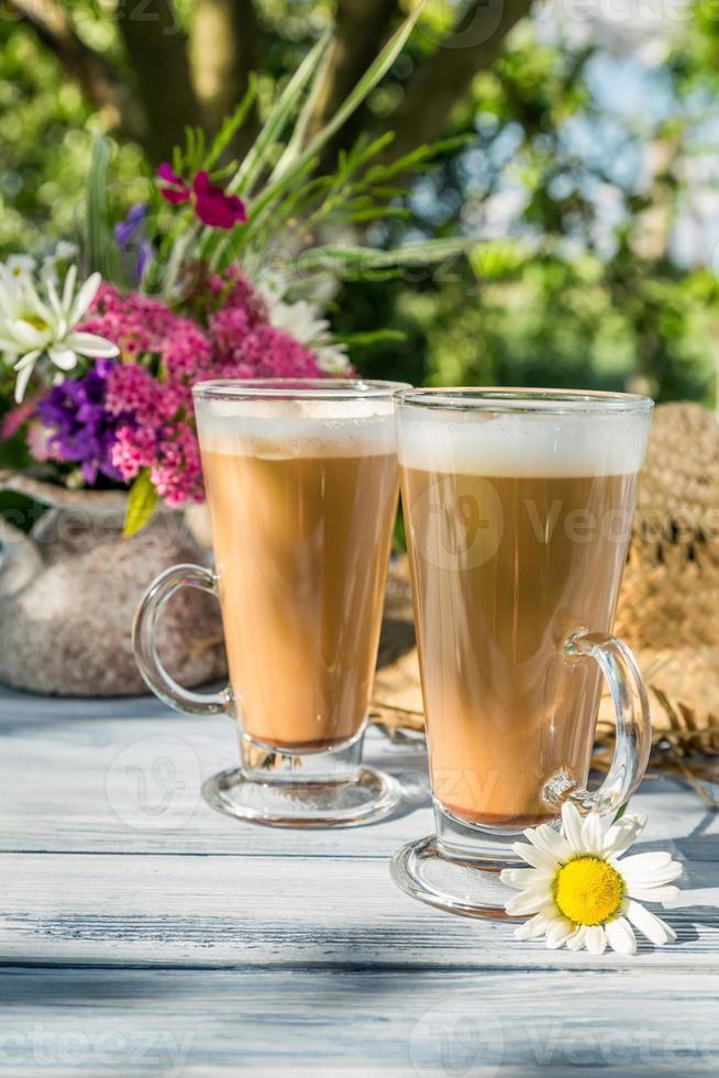 kaffe i den soliga sommarträdgården foto