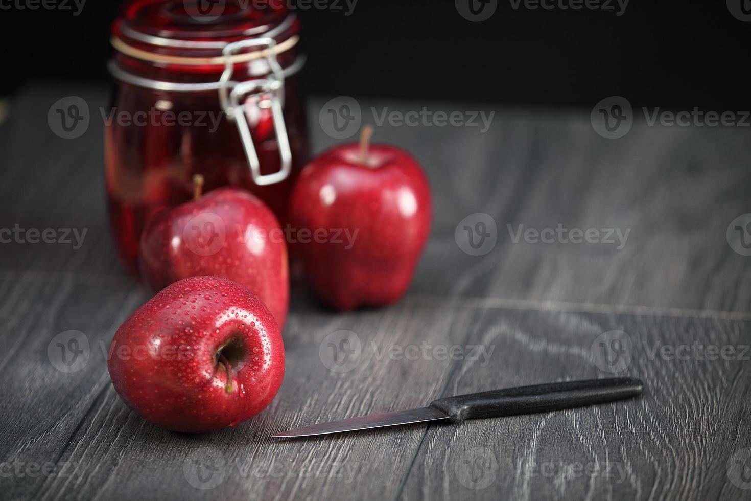 krispiga röda äpplen foto