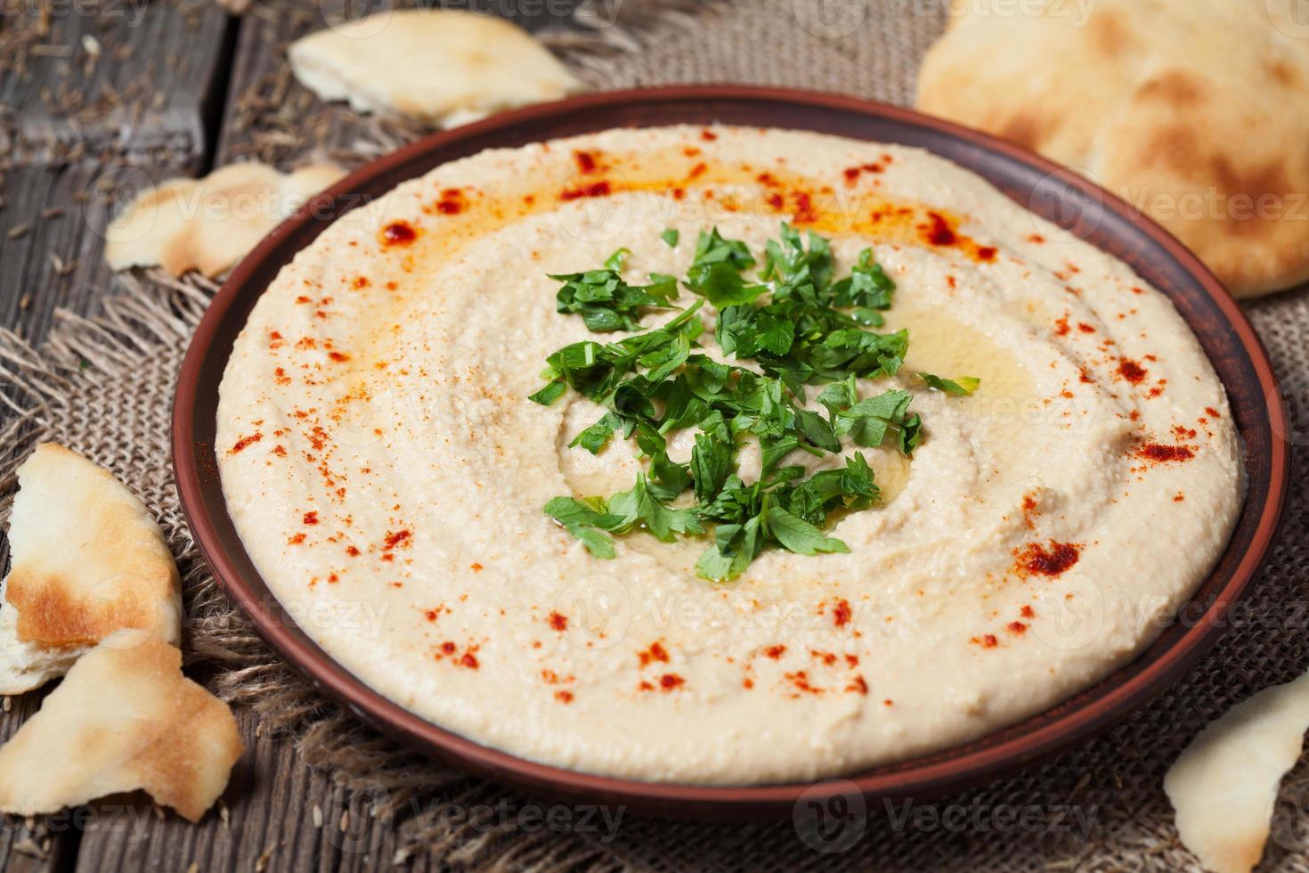 skål med hummus, traditionell medelhavs- slät sallad med olja, paprika foto