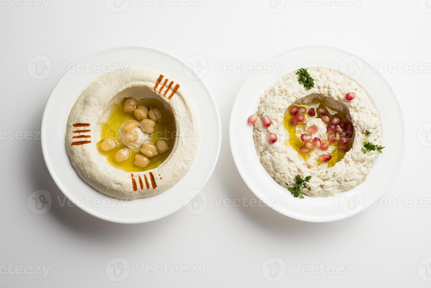 libanesisk mat av hommor & mtabbal som isoleras på vit foto