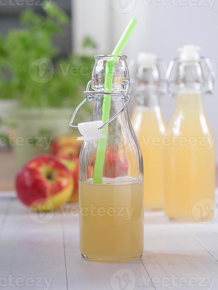 apfelsaft i einer flasche foto
