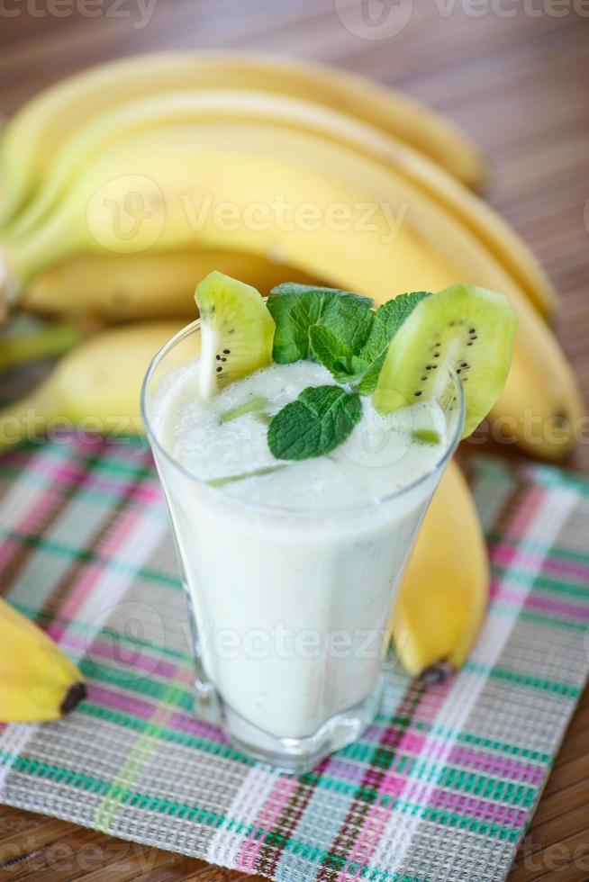 smoothie med kiwi och banan foto