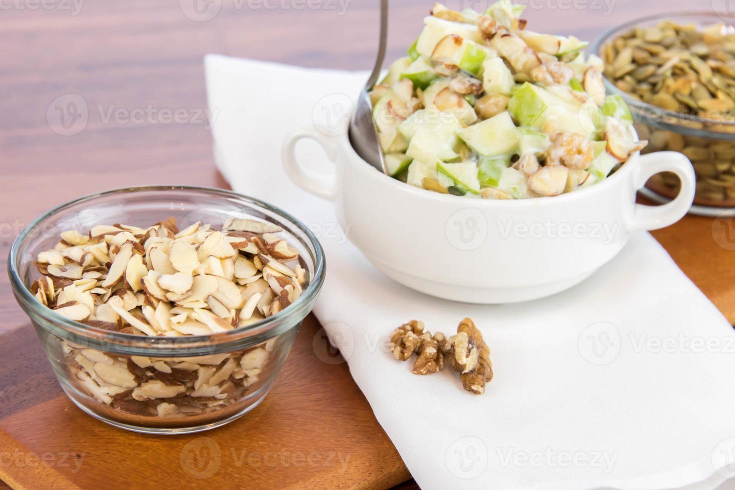 äpplsallad med mandlar, valnötter och pumpafrön foto