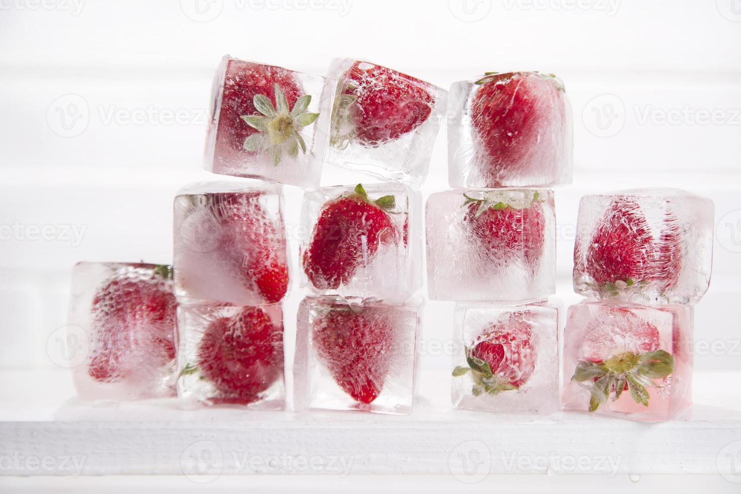 isbitar med jordgubbar foto