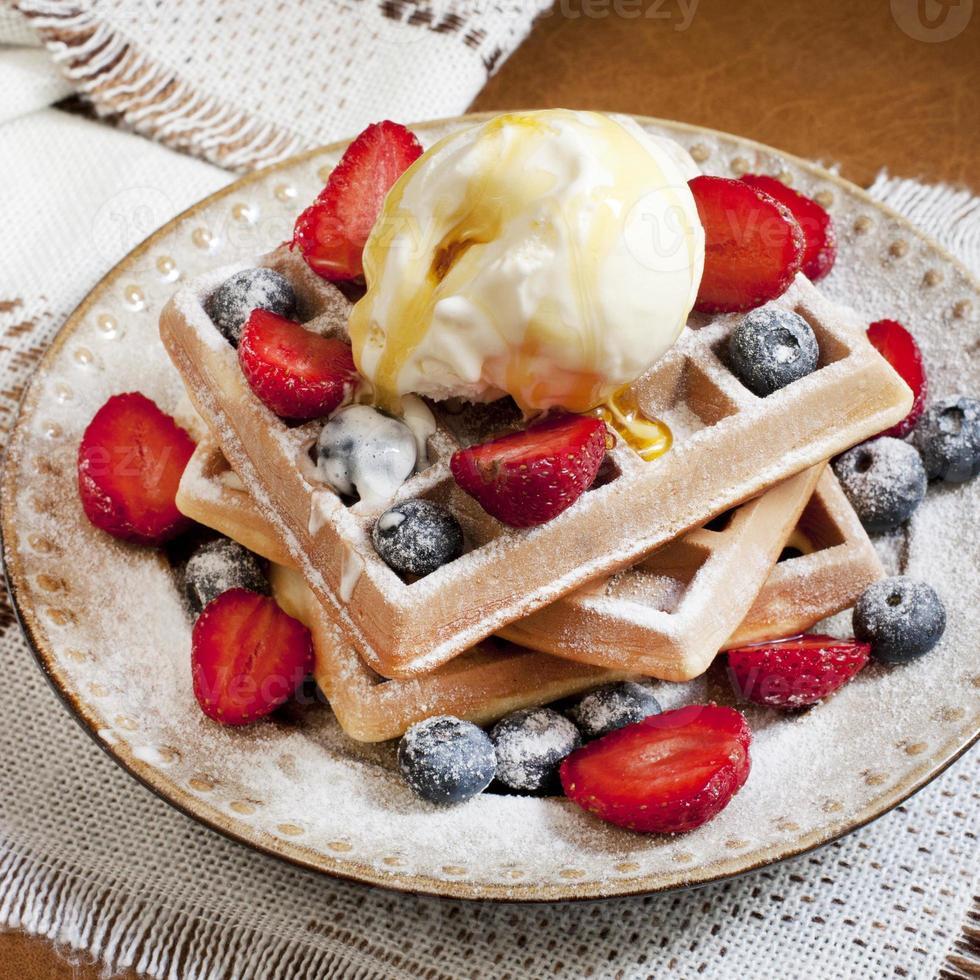 färska våfflor med glass och berrie foto