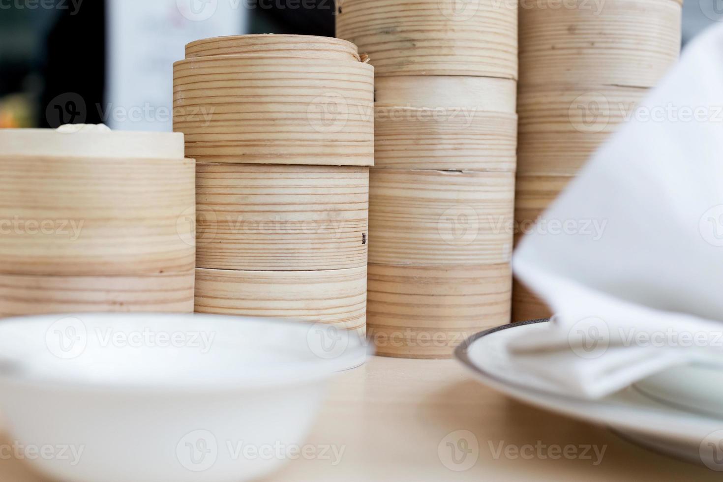 ångad kinesisk bulle i bambukorg foto