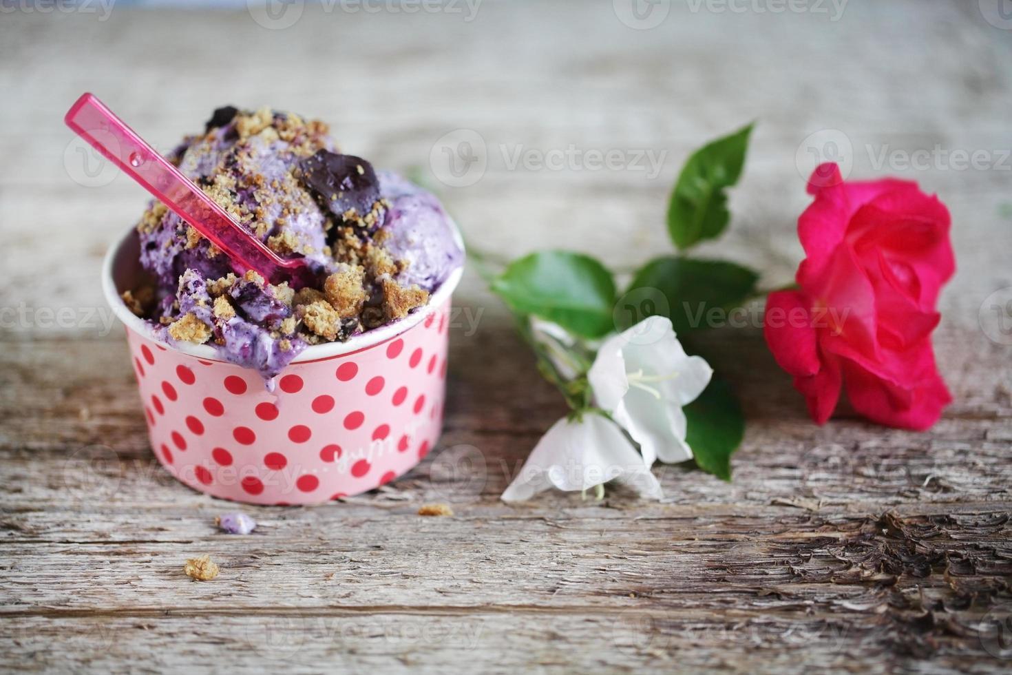 blåbärglass med choklad och kaka smuldra ovanpå foto