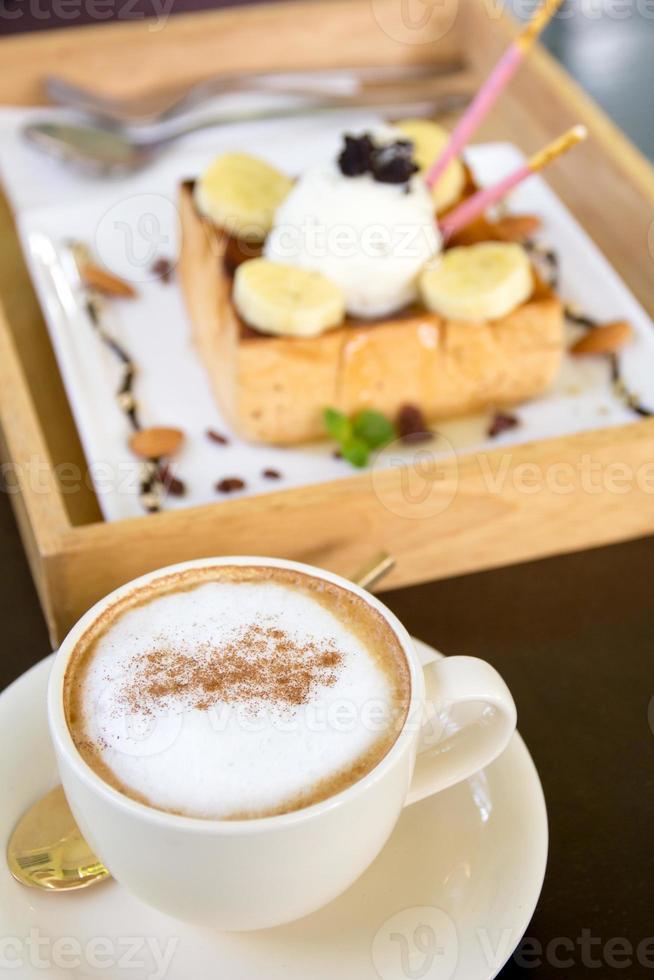 kopp cappuccino kaffe och honung toast glass foto