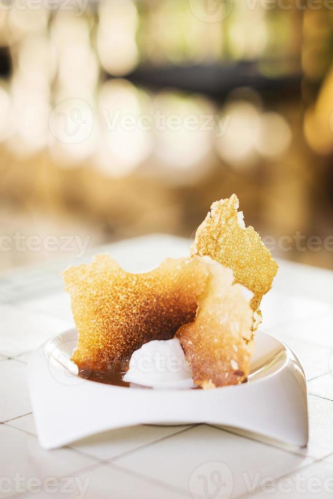 vaniljglass med gourmetdessert med mjölkkaramellchips foto