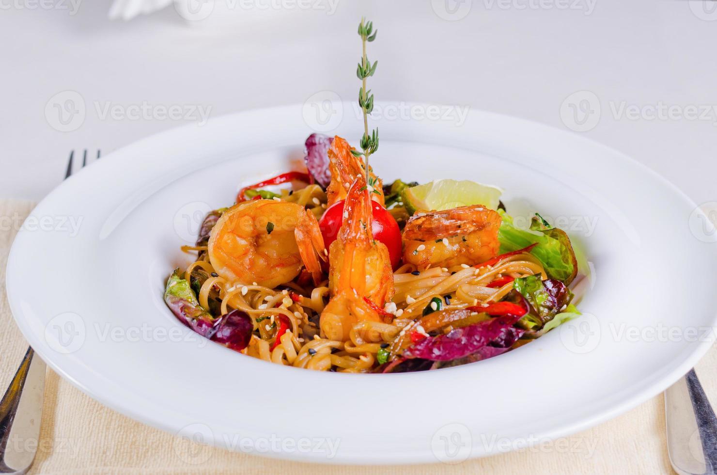 specialpasta recept med räkor och grönsaker foto
