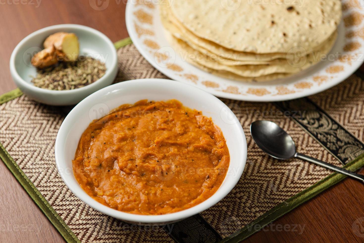 masoor dal (indiskt linsrecept) med papad foto