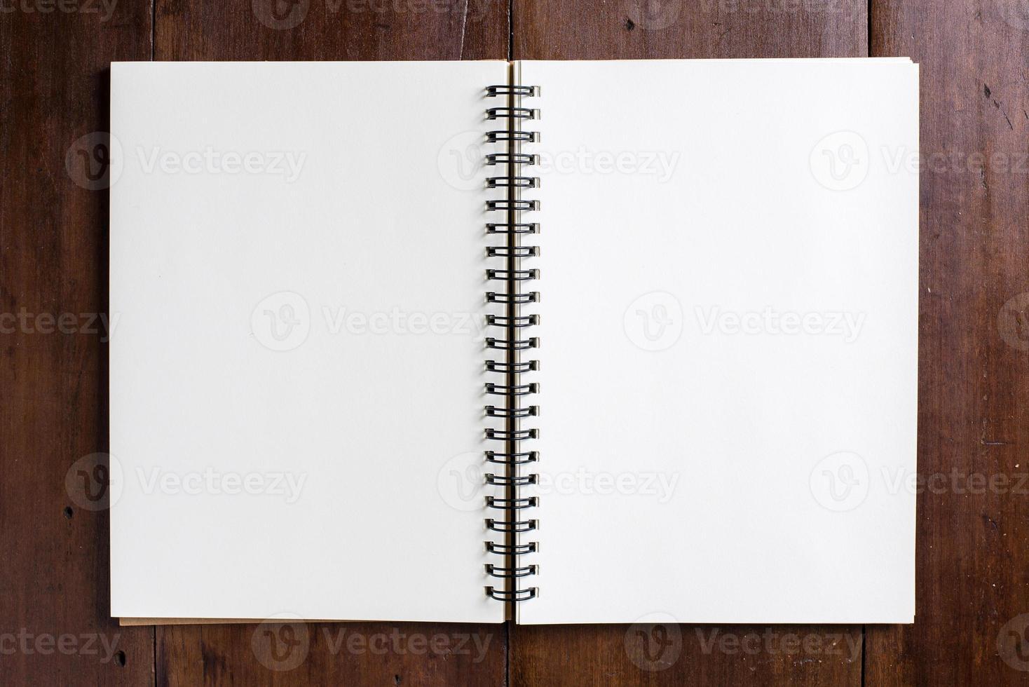 recept anteckningsbok på trä bakgrund foto