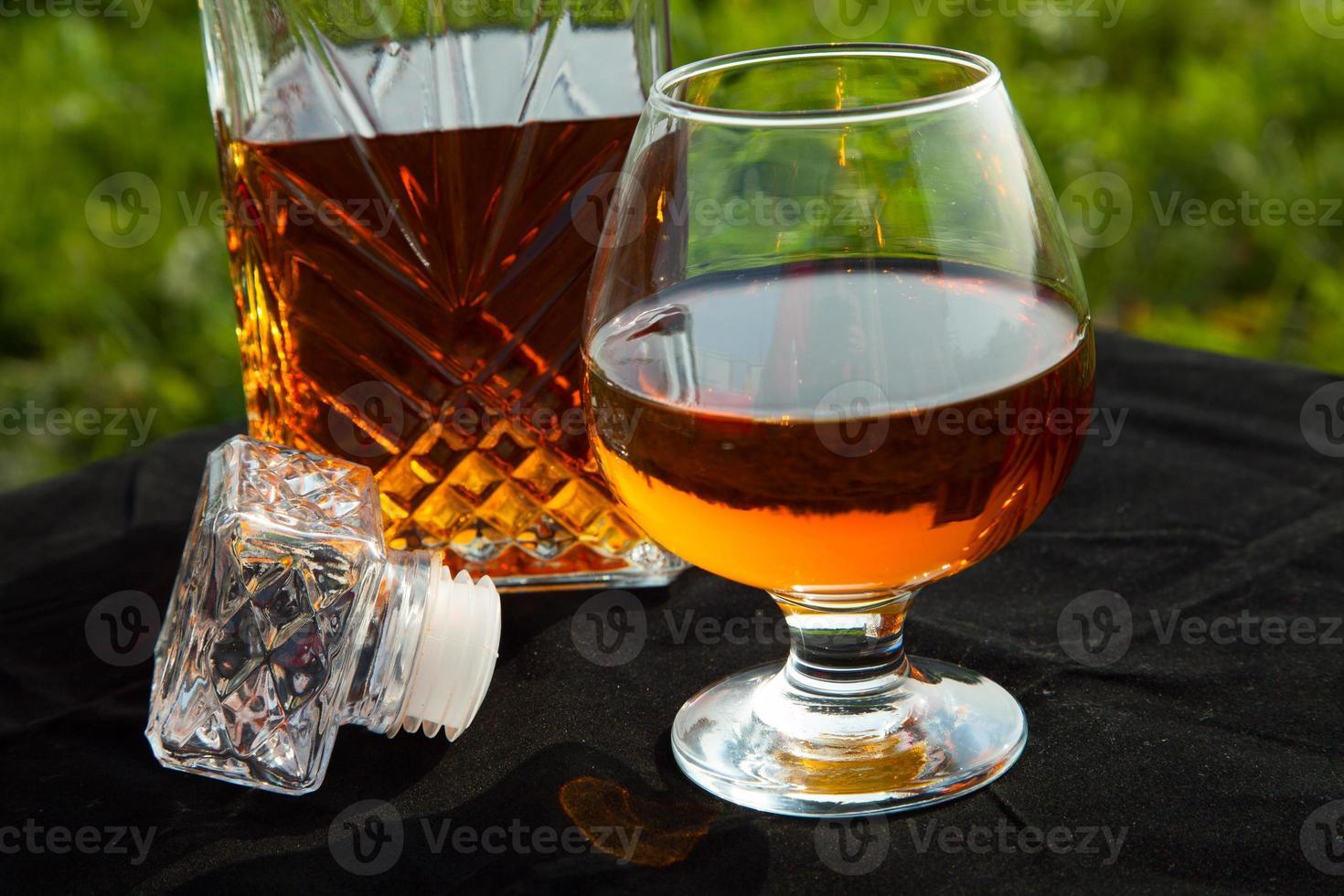 karaff med ett glas konjak foto