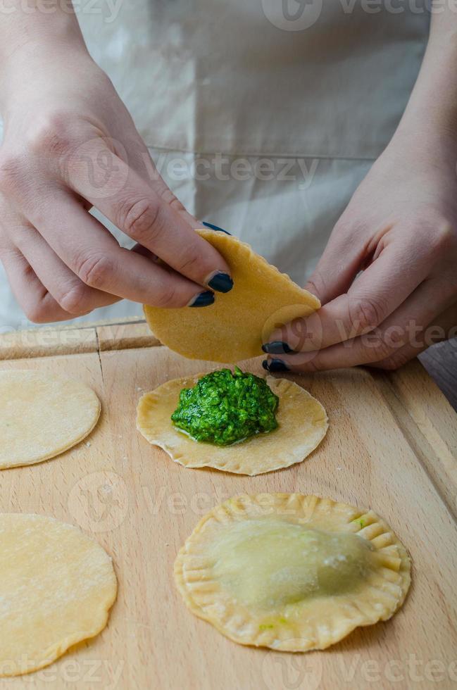 kocken förbereder ravioli foto