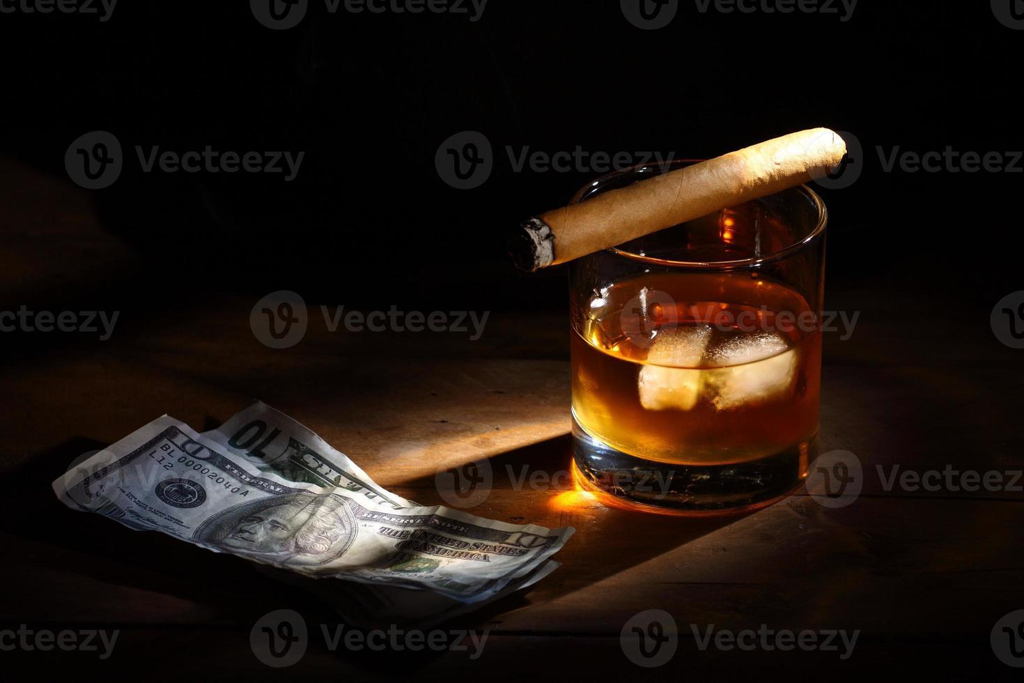 whisky och cigarr foto